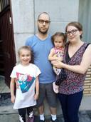Charlotte Hodiaumont (30), haar partner Steve (34) en de kinderen Ellie (6) en Amy (2) uit het zwaar getroffen Ensival.