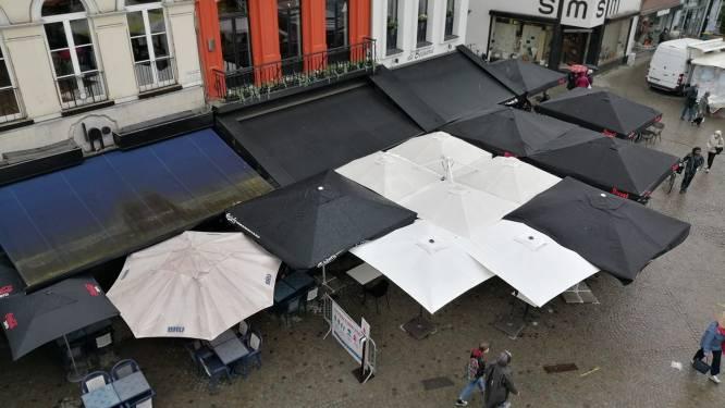 """Cafés proberen klanten droog te houden: """"Gewapend tegen alle weertypes """""""