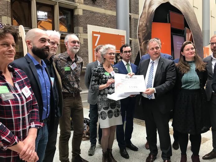 Het actiecomité Goederentreinen Nee heeft gisteren in Den Haag een delegatie Tweede Kamerleden een petitie aangeboden.