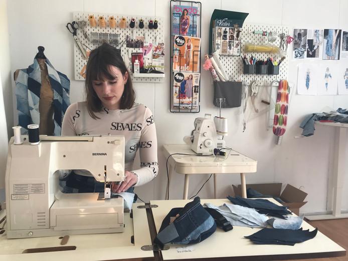 Senna van Esch in haar atelier