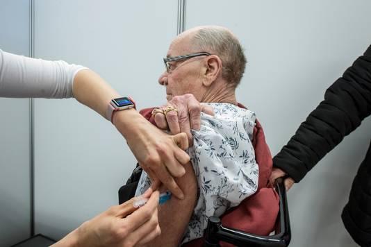 Karel Esman uit Wageningen krijgt zijn vaccinatie in Ede.