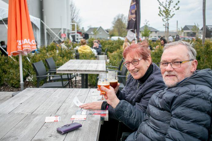 Johan en Monique, op het terras van de brouwerij.