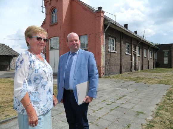De vroegere juf Rachel Verschaeve en oud-leerling Dirk De Smul voor de vroegere gemeentelijke jongensschool.