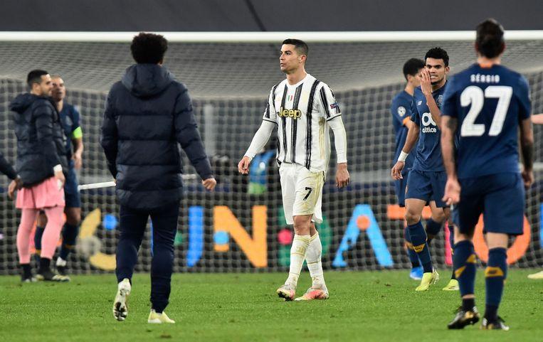 Ronaldo druipt af na het laatste fluitsignaal. Beeld REUTERS