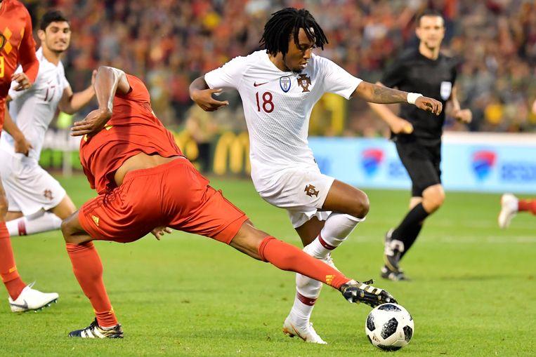 Vincent Kompany blesseert zich aan de lies in een duel met de Portugees Gelson Martins. Beeld Photo News