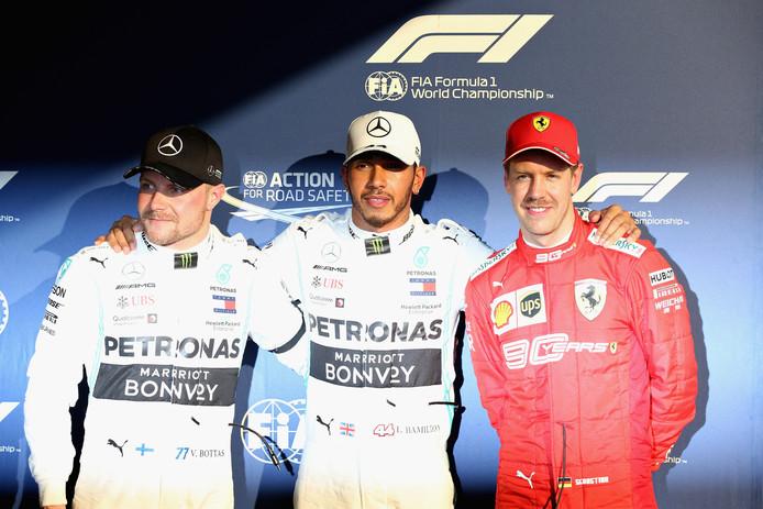 De top3 van de kwalificatie in Melbourne: Lewis Hamilton (midden) tussen Valtteri Bottas (links) en Sebastian Vettel.