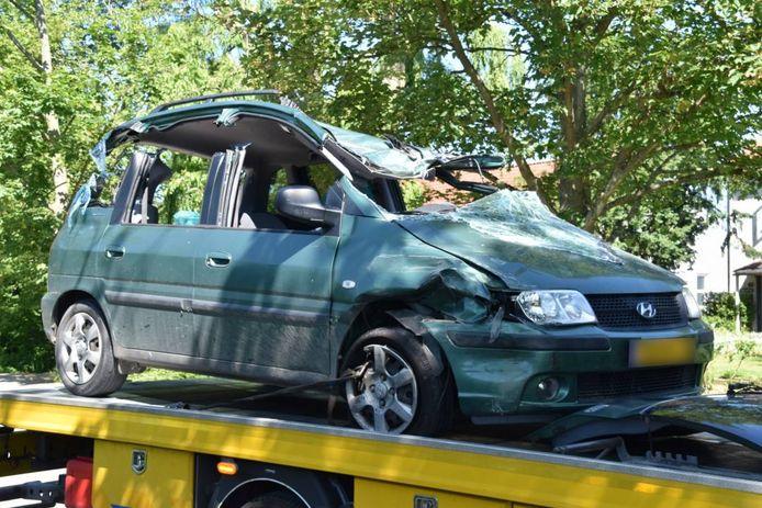 De bestuurder van de auto moest uit zijn benarde positie worden bevrijd.