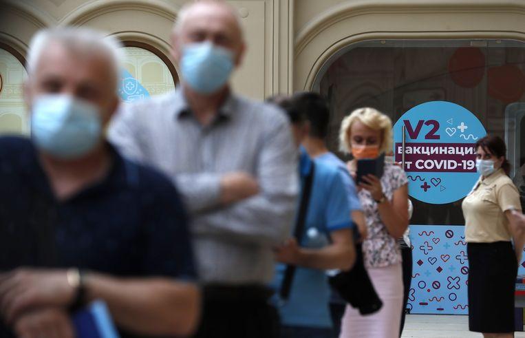 Mensen schuiven aan voor het Sputnik-vaccin in Moskou. Beeld EPA