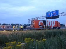 Supermarkttruck vliegt in brand op A28: boodschappen overgeladen