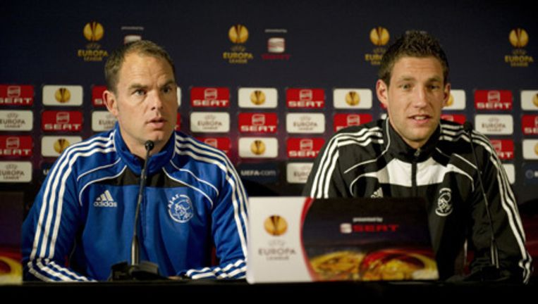 Ajax coach Frank de Boer geeft een persconferentie in aanloop naar de Europa League wedstrijd tegen Spartak Moskou. Rechts zit keeper Maarten Stekelenburg. Foto © anp Beeld