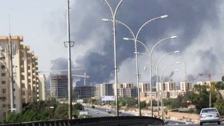 Rook uit de richting van het vliegveld van Tripoli op een foto van 13 juli. Beeld ap