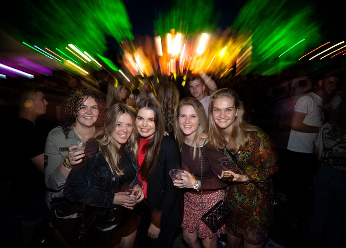 Collega's en vriendinnen Lonneke, Iris, Amber, Janne en Vera.