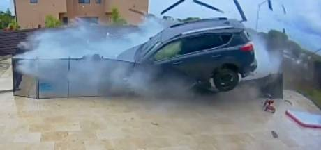 Une conductrice passe à travers une clôture et survole une piscine