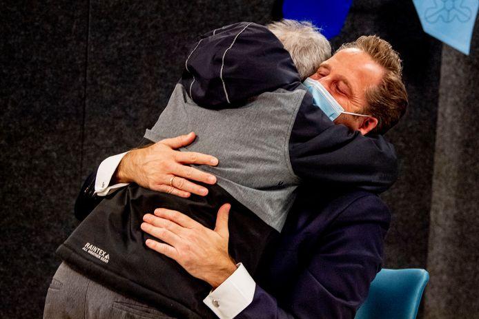 Demissionair minister Hugo de Jonge (Volksgezondheid, Welzijn en Sport) krijgt spontaan een knuffel van Fred, één van de bewoners die gevaccineeerd werd.