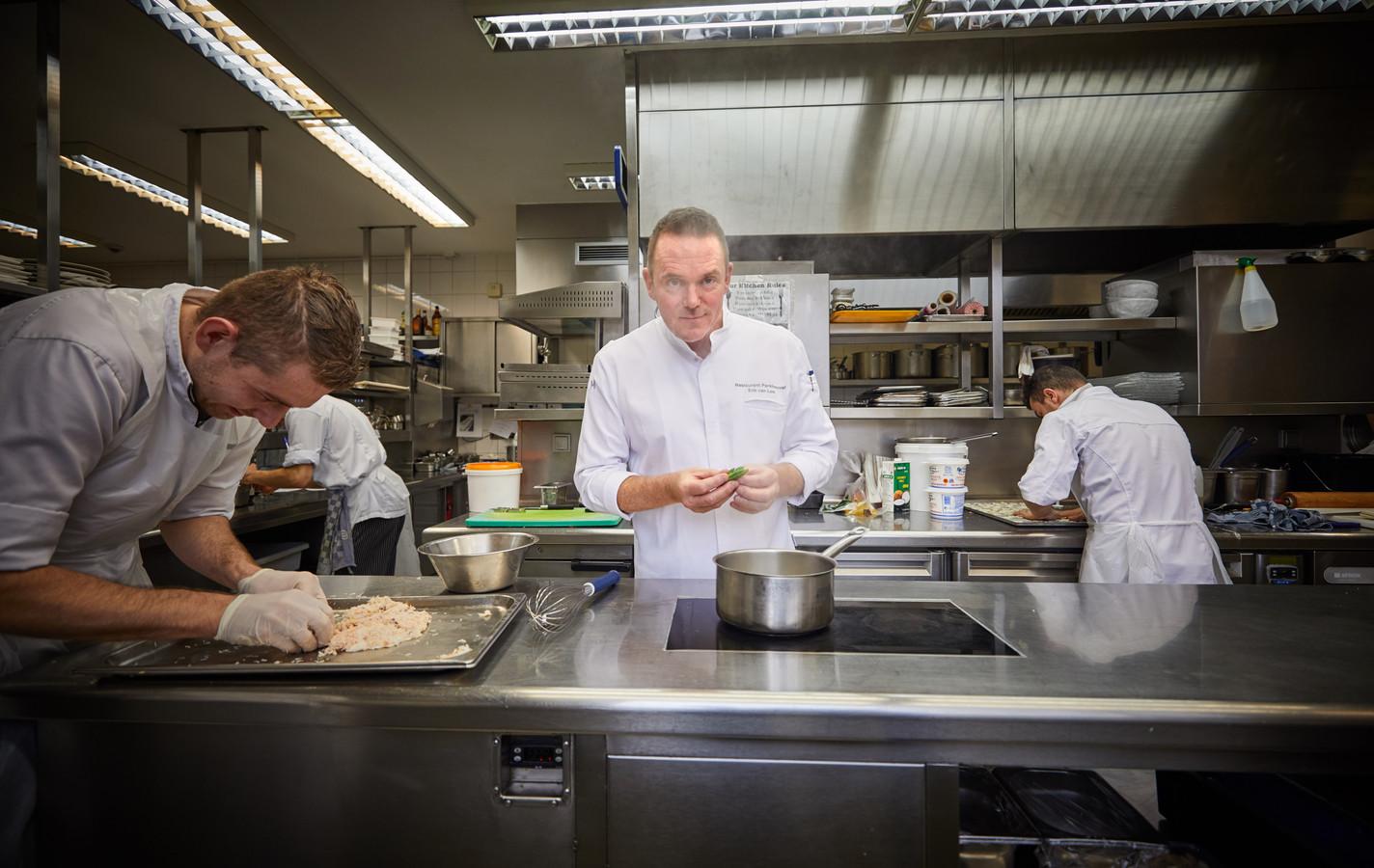 Erik van Loo in de keuken van restaurant Parkheuvel.