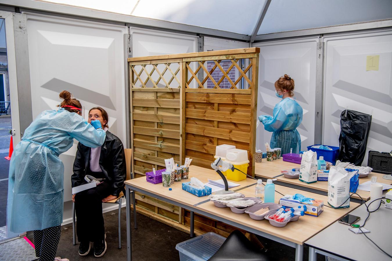 De extra corona-testlocatie aan de Lange Lombardstraat in het centrum van Den Haag. Per dag kunnen hier nu op afspraak maximaal 300 mensen met mogelijke coronaklachten worden getest.