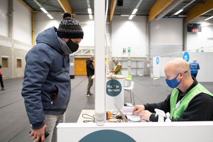 PUURS-SINT-AMANDS Het vaccinatiecentrum van Klein-Brabant werd ingericht in de sport- en evenementenhal.