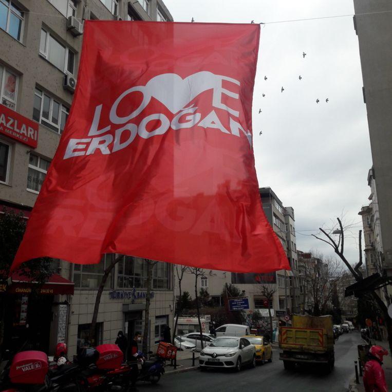 Vlag boven de straat Siraselviler in het centrum van Istanbul. Beeld Rob Vreeken