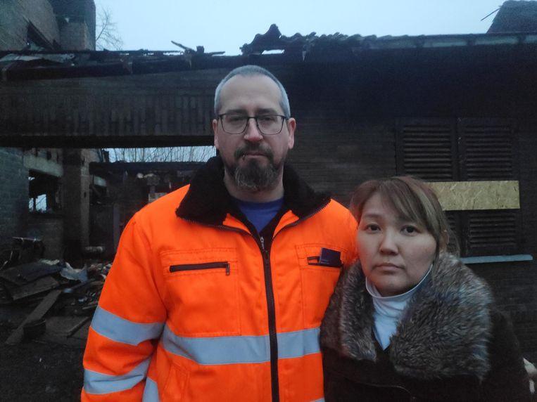 Hans Thienpont en zijn vrouw voor hun uitgebrande woning.