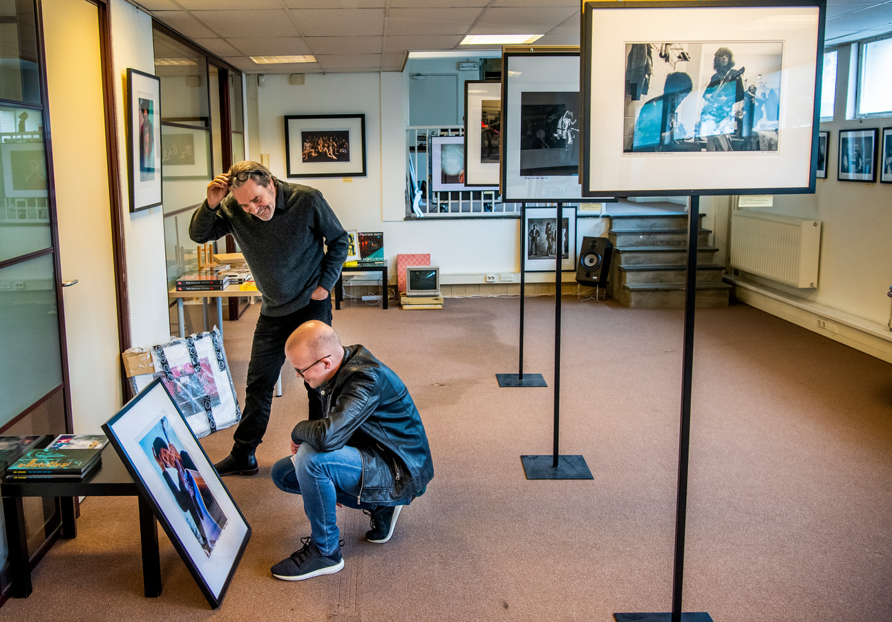 Samensteller Wim van Zon en verslaggever Lex Bezemer kijken naar een foto van (de nog springlevende en inmiddels 79-jarige) Bob Dylan. Een muzikale held van de verslaggever.