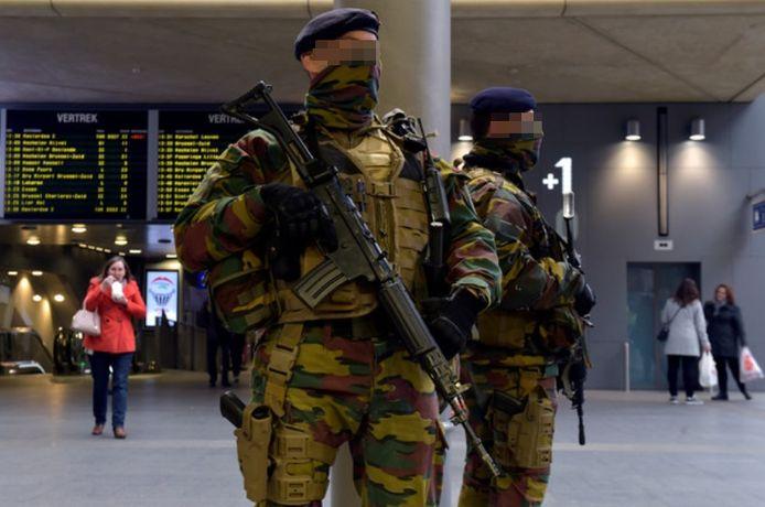 Militairen in het Centraal Station, op de grens van de joodse wijk.