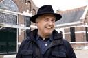 Ron van der Heijdt bij de Joodse begraafplaats aan het Toepad. Hij draagt zijn davidsster met trots.