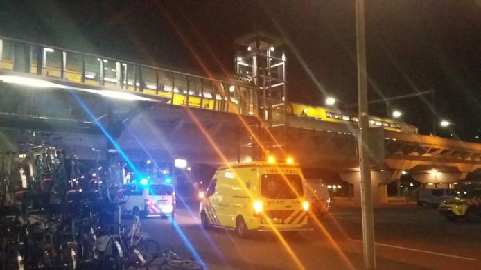 Een ambulance en politiewagen bij het spoor in Arnhem-Zuid.