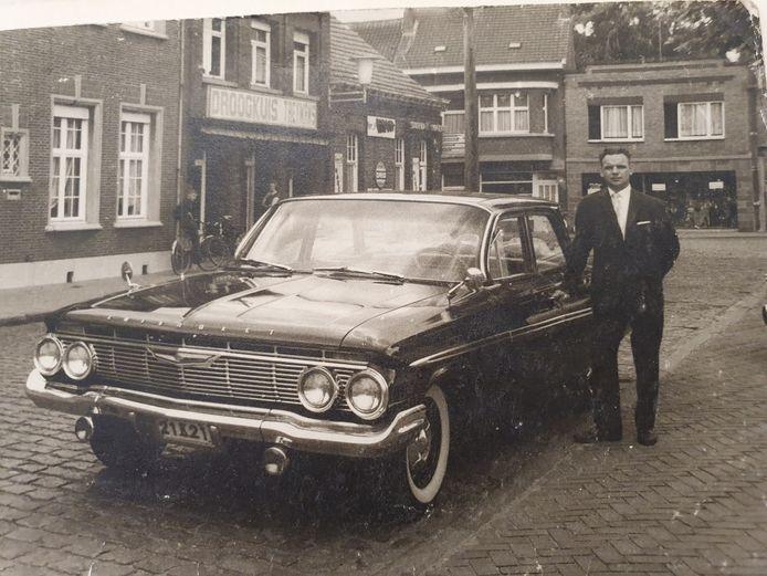 De auto waarmee pas getrouwde koppels door Louis naar de kerk werden gereden.
