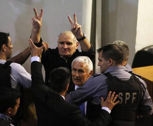Oud-politiechef Miguel Etchecolatz (rechts) en voormalig legerofficier Hector Acuna in de rechtbank na het vonnis.