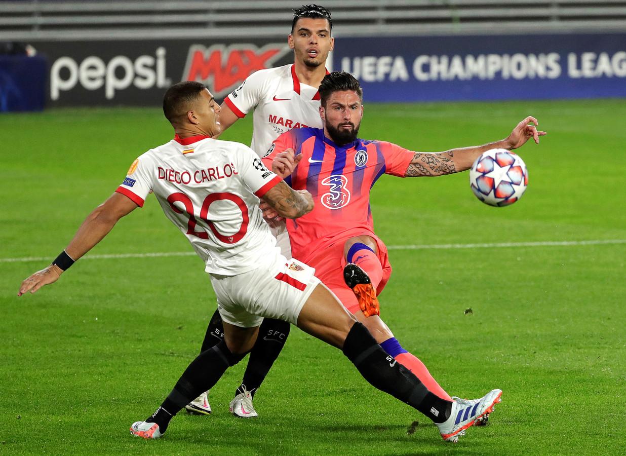 Sevilla-verdedigers Karim Rekik en Diego Carlos konden Olivier Giroud vanavond niet afstoppen.