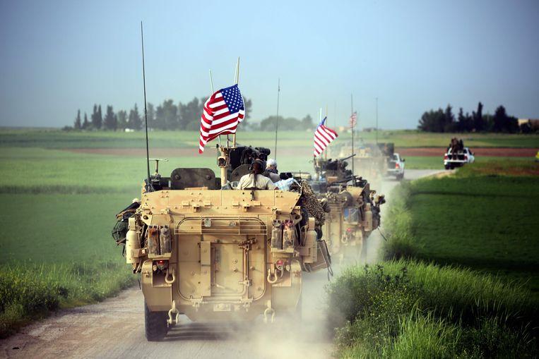 In Koerdisch gebied patrouilleren pantservoertuigen met Amerikaanse vlaggen. Beeld AFP
