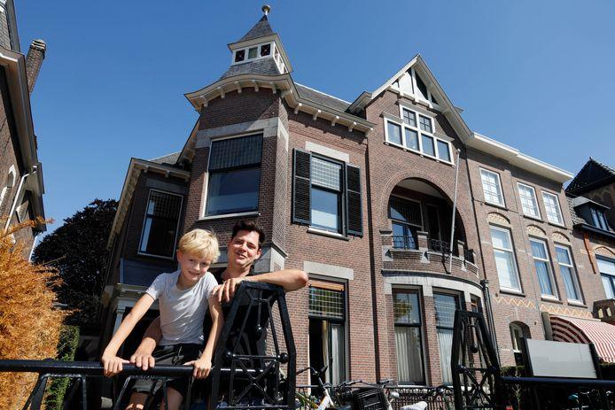 Jurriaan Gerritz met zijn zoon voor hun huis.