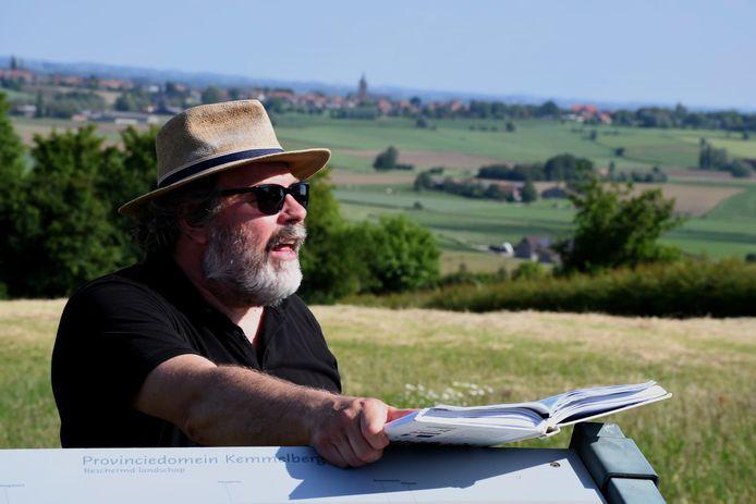 Meesterverteller Yves Bondue sleurt de wandelaar mee in onbekende verhalen van 'de Kemmel'.