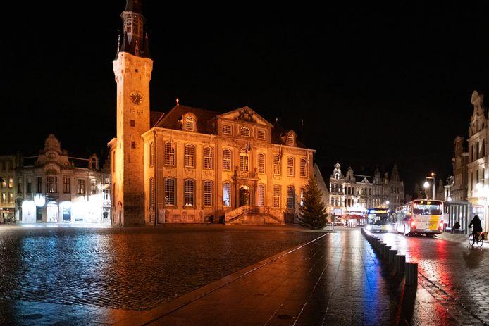 Het stadhuis van Lier baadt nog tot 10 december in een oranje licht.