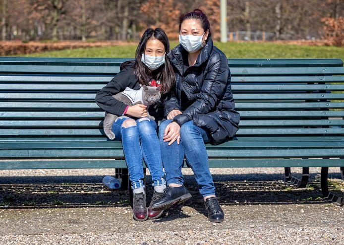 Foto ter illustratie. Op een bankje vlak bij Babylon in Den Haag laten moeder en dochter hun kater genieten van de buitenlucht.