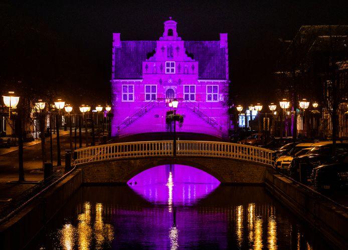 Het Oude Raadhuis was onlangs paars verlicht.