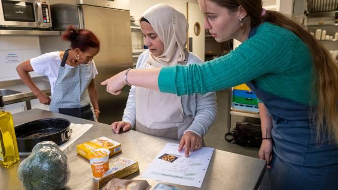 In Elburg leren laaggeletterden de taal terwijl ze koken: 'Hoe leuk is het om de Allerhande mee te kunnen nemen?!'