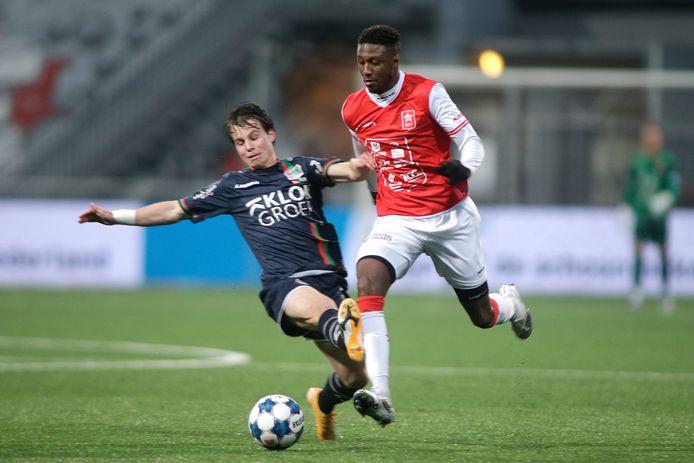 NEC-middenvelder Dirk Proper komt te laat en te hoog in op Djibril Dianessy van MVV: rode kaart.