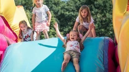 Leerlingen leven zich uit op springkastelen