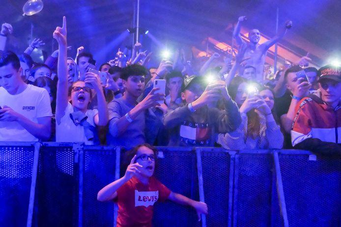 Het publiek gaat uit zijn dak voor de Nederlandse rapper.