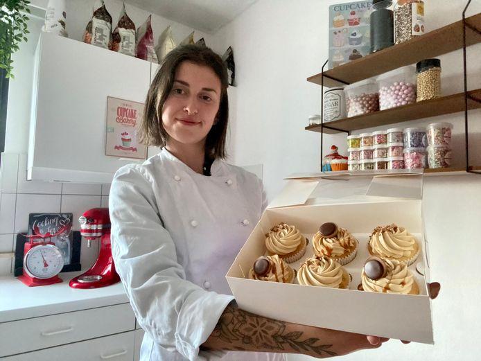 Nikita in haar keuken waar ze cupcakes maar ook brownies, kaastaarten in bekers en cakesicles maakt.