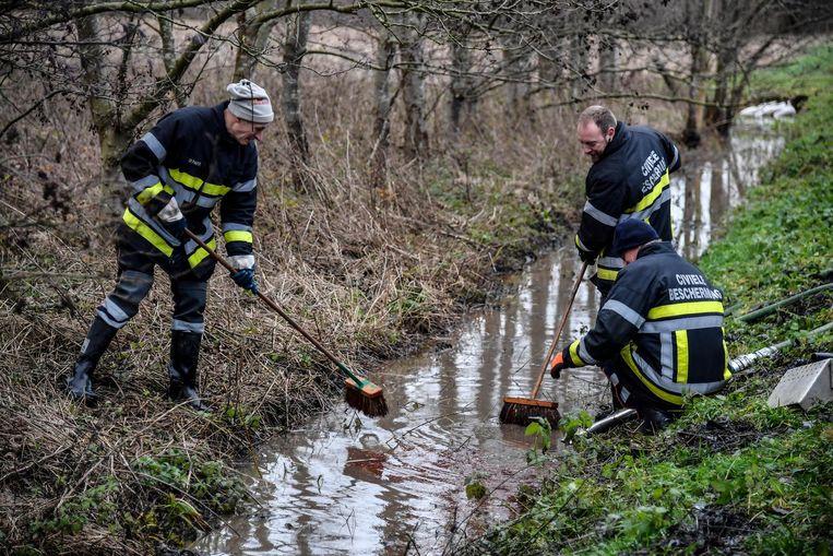 De Civiele Bescherming uit Liedekerke werd opgeroepen om de brandstof uit de beken te halen.