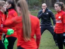 Rick de Rooij bij PSV voor even terug in het vrouwenvoetbal: 'Leuk om overal mee bezig te zijn'