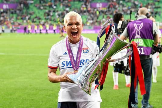 Shanice van de Sanden met de Champions League na de gewonnen finale tegen FC Barcelona op 18 mei.