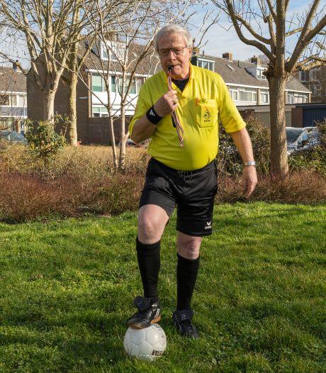 Maarten van den Heuvel fluit als 80-jarige voetbalwedstrijden: 'Ik haal nog steeds de achterlijn'