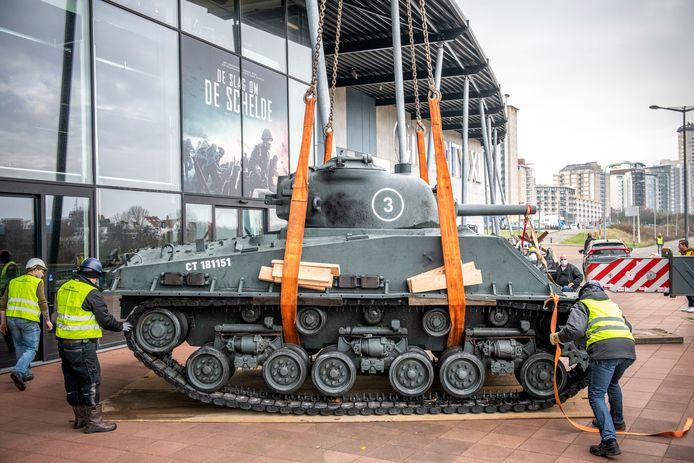 Voor de filmpremiere De Slag om de Schelde is onder meer een tank neergezet bij bioscoop CineCity.