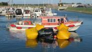 Oeps! Man vergeet handrem in jachthaven, waardoor terreinwagen in water belandt