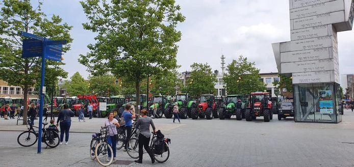 De tractoren verzamelden zich vanmiddag in de binnenstad van Hengelo