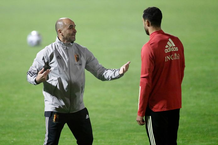 Martínez met instructies voor Nacer Chadli, die bij Basaksehir nog niet veel aan spelen toekwam.
