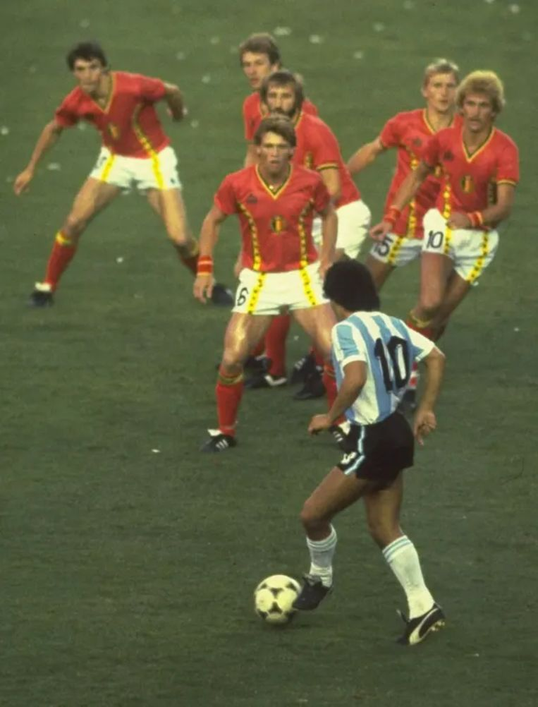 Diego Maradona met zes Rode Duivels voor zich. Beeld Getty